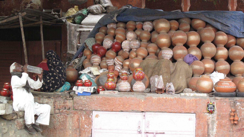 Jaipur | Pink city | Rajasthan | Indian pottery shop | Indian man drinking | | ©sandrine cohen