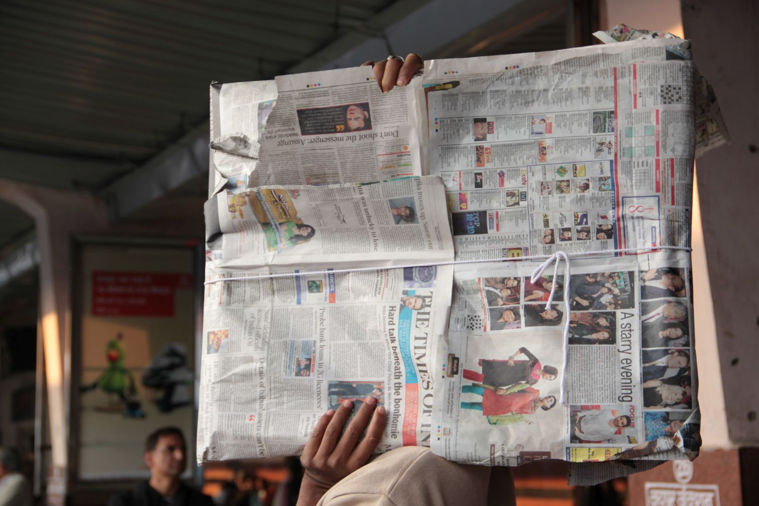 Jaipur | Pink city | Rajasthan | woman with parcel packed in newspaper | ©sandrine cohen