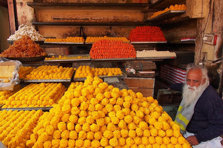 Jaipur | Pink city | Rajasthan | Indian street food | Yellow sweets shop | yellow sugar | ©sandrine cohen