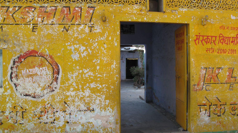 Jaipur | Pink city | Rajasthan | Hindi calligraphy on Yellow wall | ©sandrine cohen