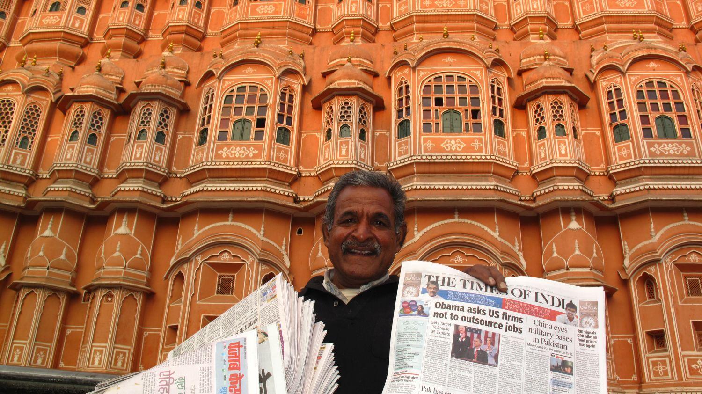 Jaipur | Pink city | Rajasthan | Hawa Mahal | Newspaper seller | Time of India seller | Time of India | ©sandrine cohen