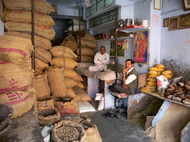 Jaipur | Pink city | Rajasthan | Indian shop with men | ©sandrine cohen
