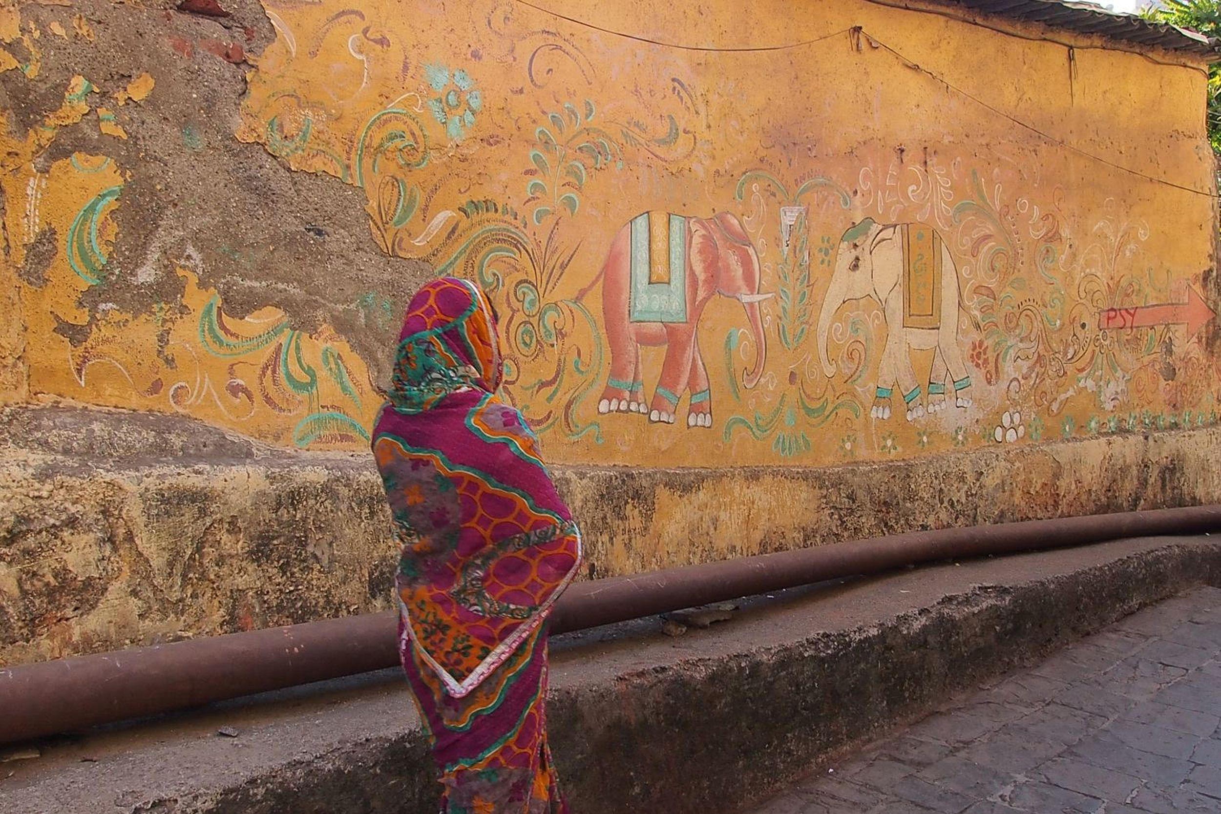 Bombay - Mumbai | street art | Banganga Tank wall | Women with sari | Psy | ©sandrine cohen