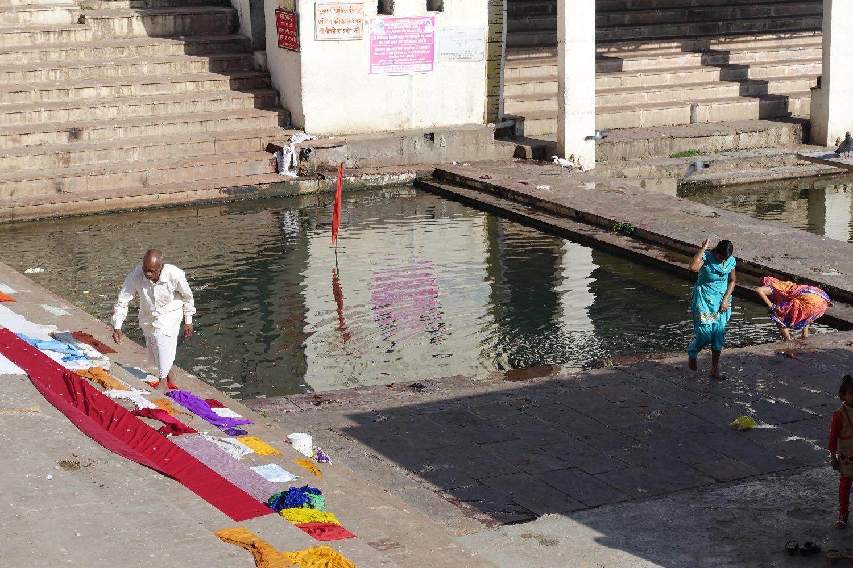 Pushkar | Rajasthan | Pushkar basin | Man and dry linen | Photo sandrine cohen