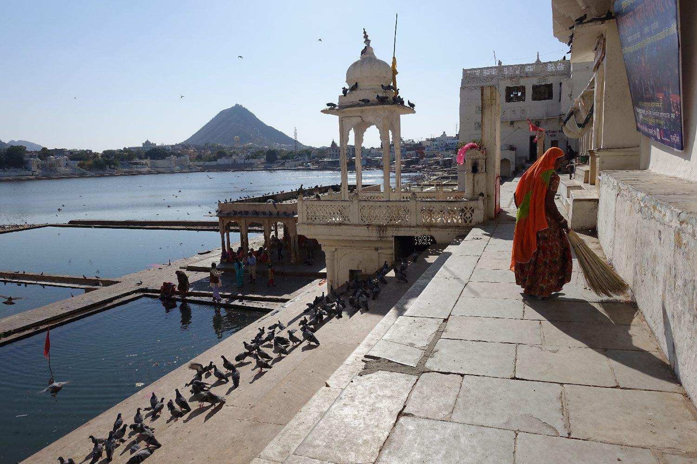 Pushkar | Rajasthan | Red Woman | Pushkar lake | ©sandrine cohen