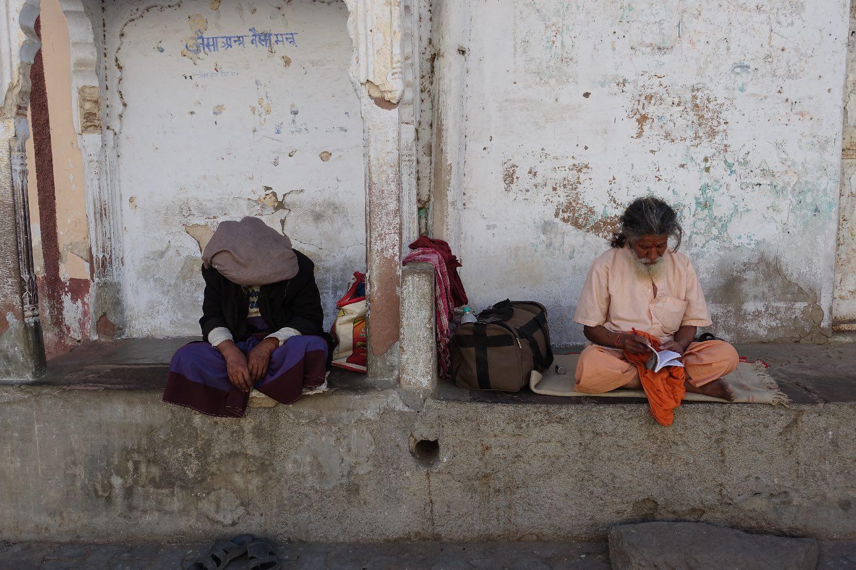 Pushkar | Rajasthan | Two Indians sitting | ©sandrine cohen