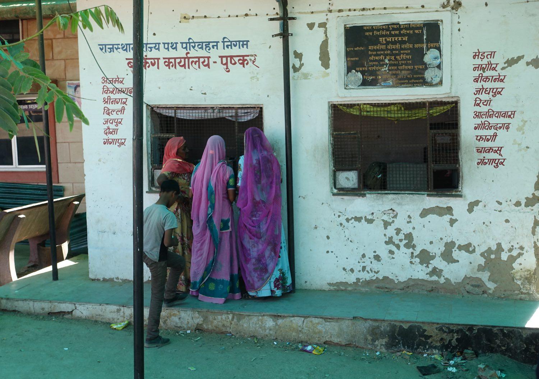 Pushkar | Rajasthan | Woman at Pushkar bus station | ©sandrine cohen