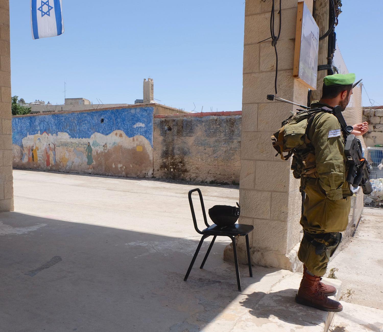 militaire street art.jpg