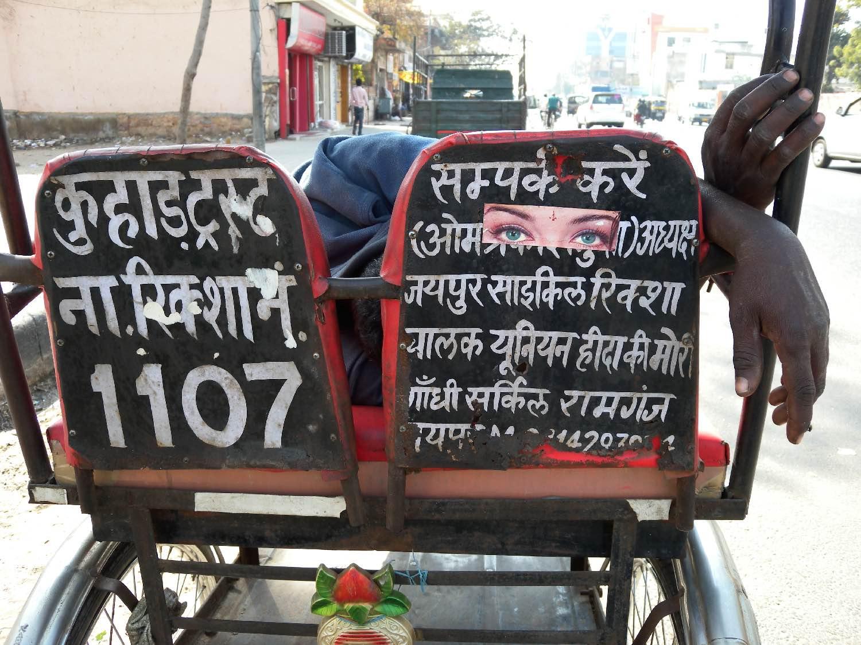 Jaipur | Radjastan | Rickshwawala sleeping | Aishwarya Rai eyes on the rickshaw | Photo sandrine cohen