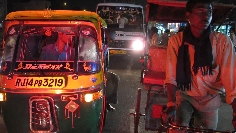 Jaipur | Pink city | Radjasthan | Traffic at night | Tuck tuck and rickshawala | Photo sandrine cohen