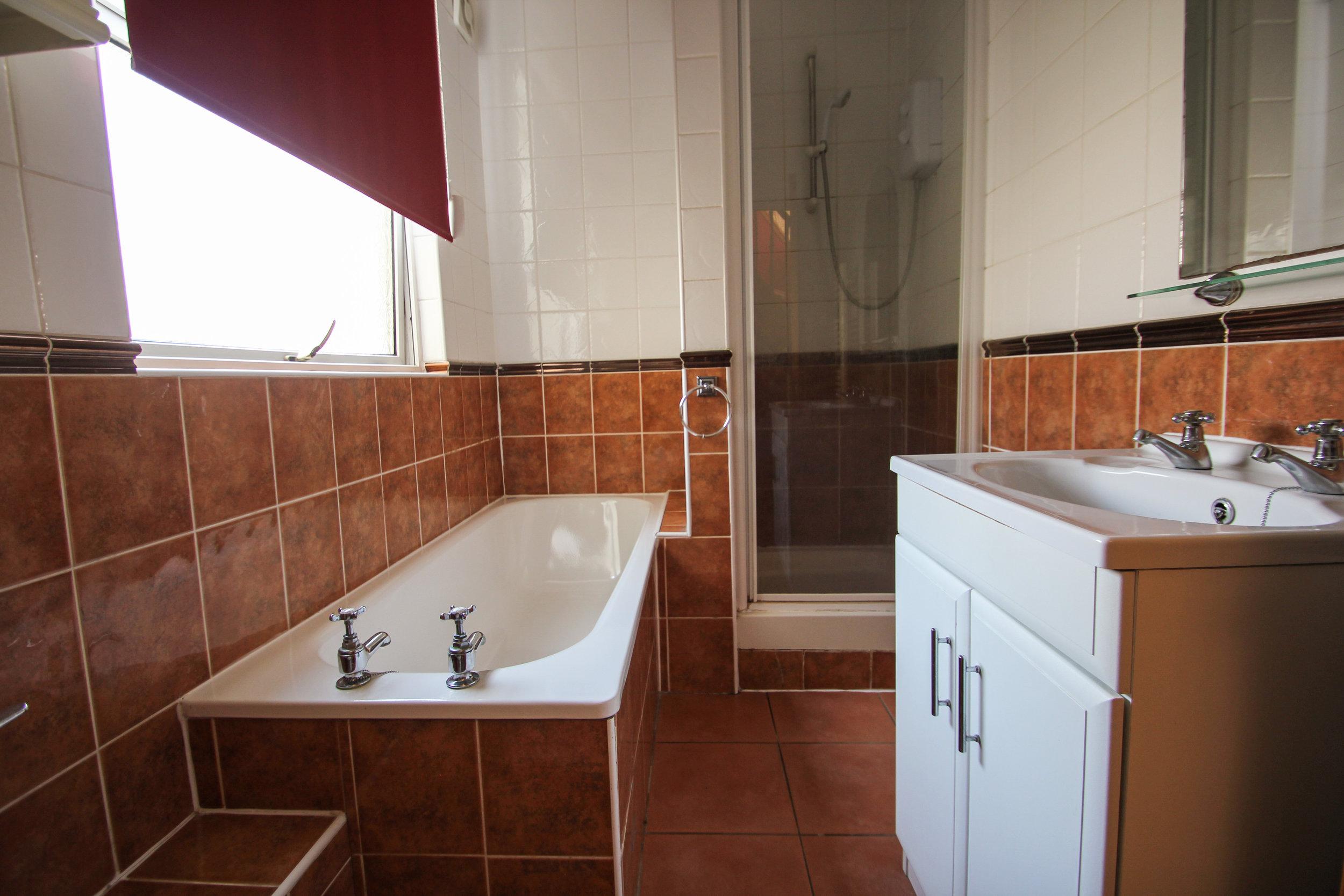 IMG_7731_edited.jpg bathroom.jpg
