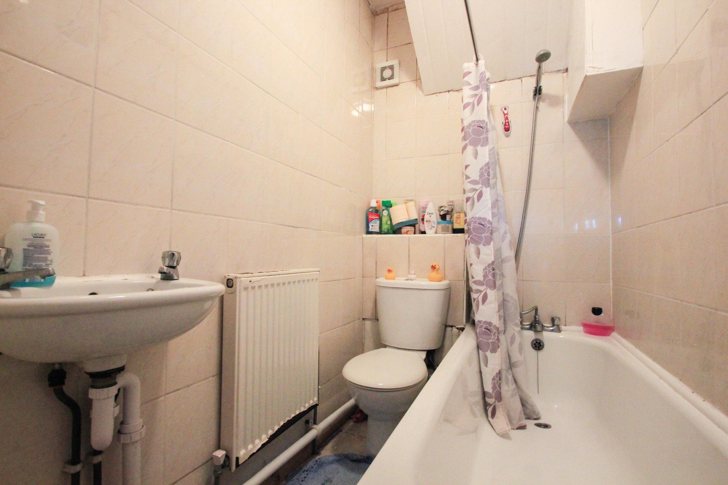IMG_8969_edited.jpg bathroom.jpg