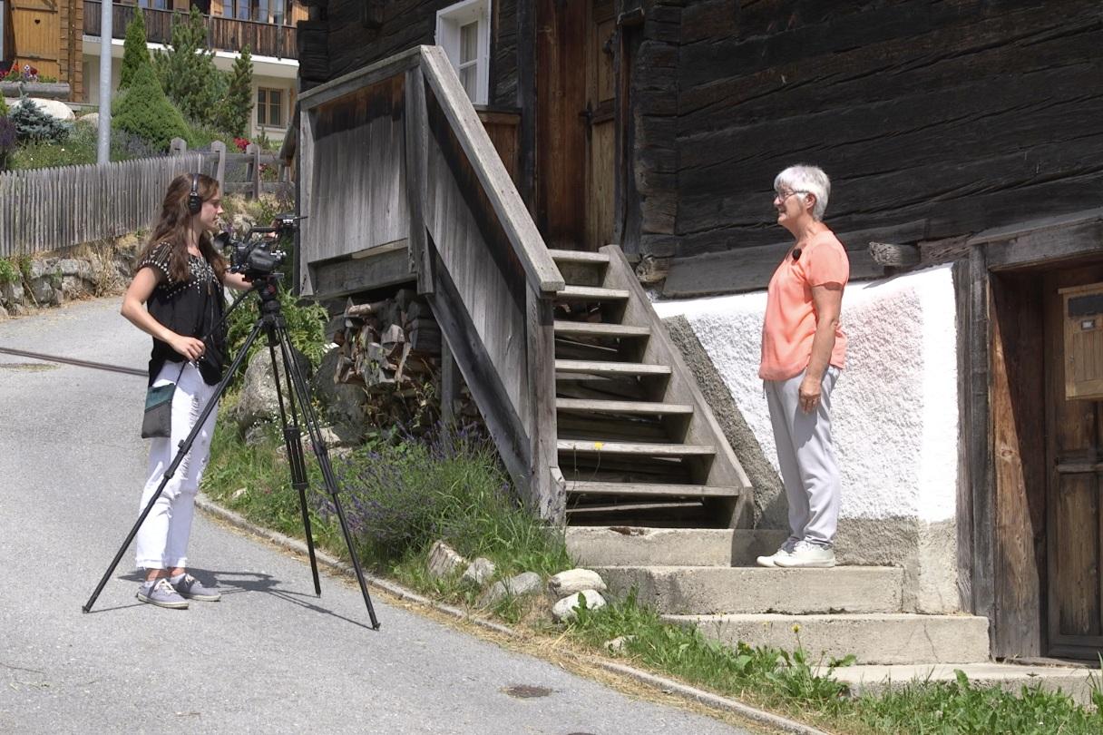 Romaine Imboden (Kamera) beim Dreh für ein Auftragsprojekt über das älteste Holzdorf vom Wallis/der Schweiz