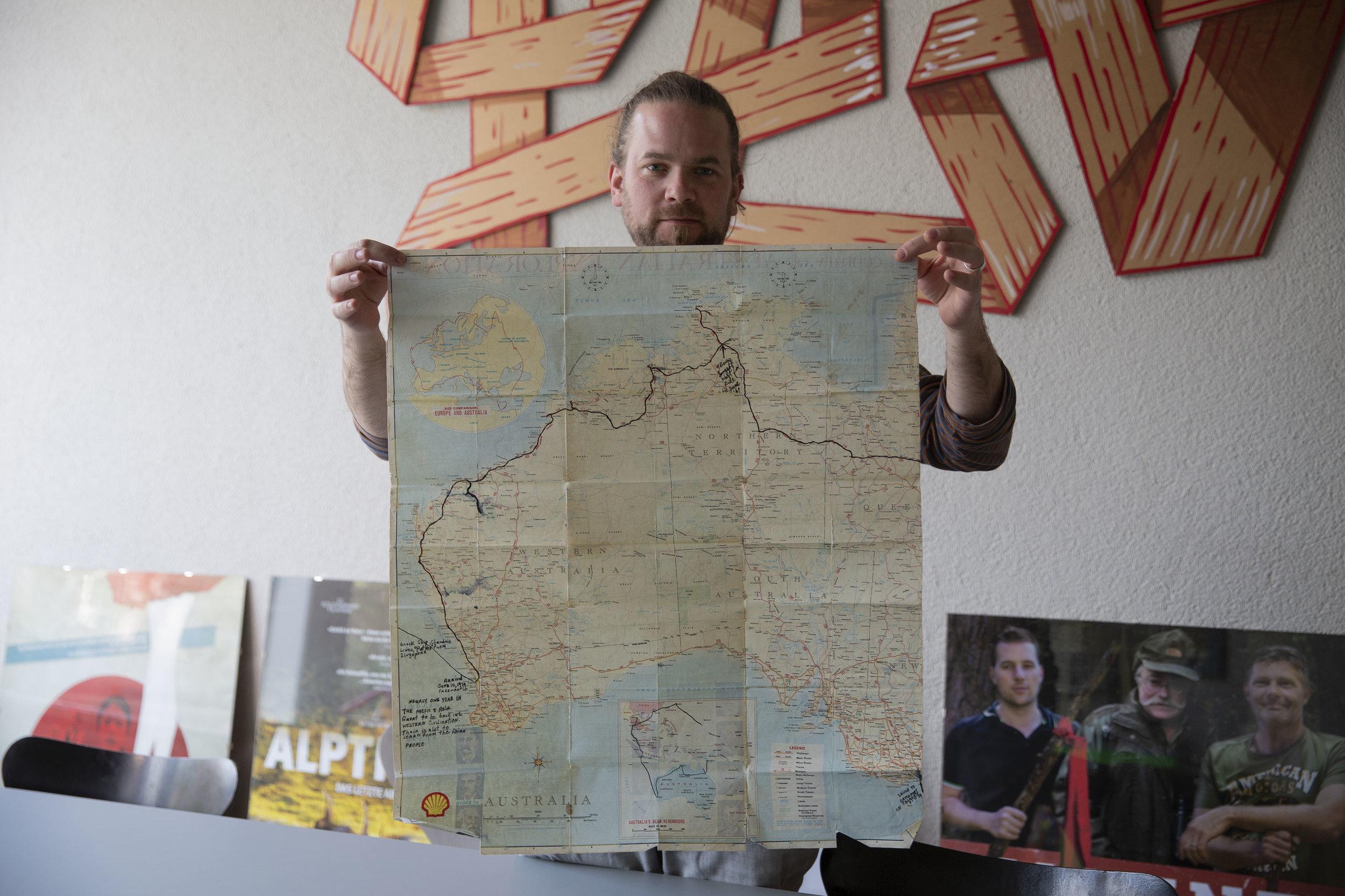 Stephan präsentiert die Karte eines Hitch Hickers über den er einen Dokumentarfilm machen will.