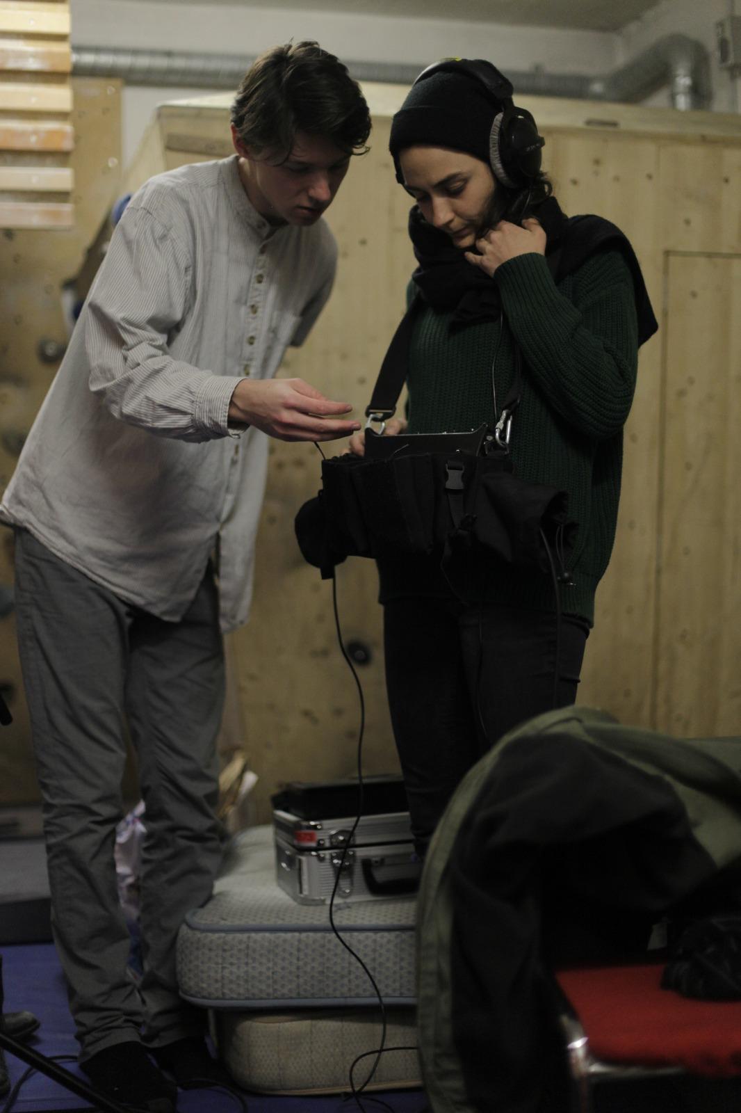 Joe zusammen mit Studienkollegin Katarina Tereh beim Dreh seines Grenzgängerprojekts.