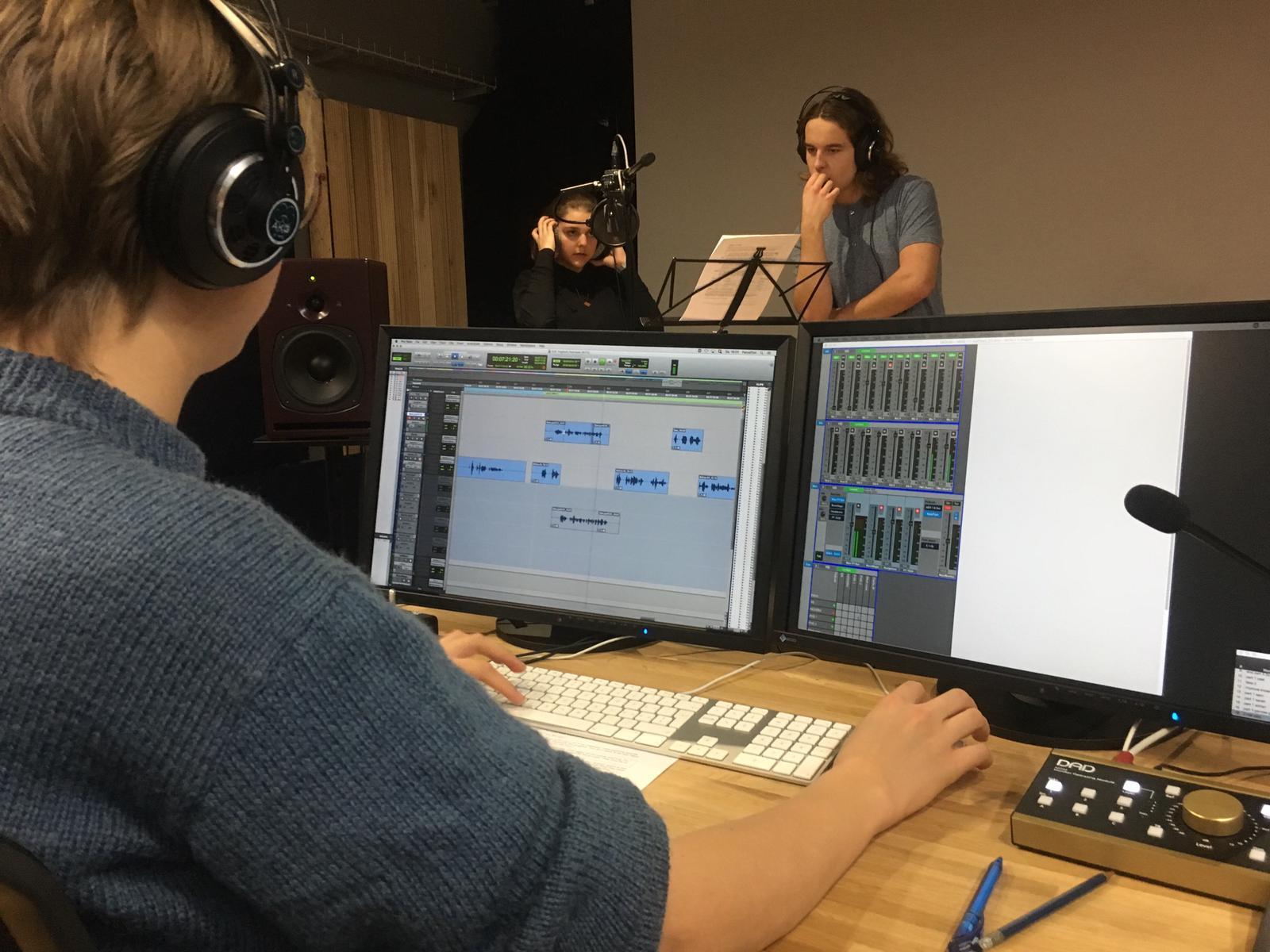 Kathleen bei Tonaufnahmen in der Tonregie.