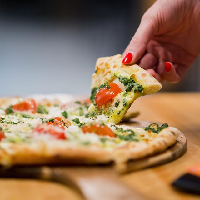 Congrats #Winnipeg, on helping us provide over 1,000 (1,342 to be exact) simple, healthy meals to youth in need with @mealshare! 🥳 🙌 Did you know that every time you visit a @carbonecafeclub location and order a White pizza, a portion of the proceeds help provide meals to youth in need? All the more reason to eat more pizza. 😊🍕#mealsharesywg . . . #pizza #charity #winnipeg #wpg #ywg