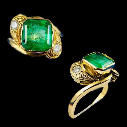 Beautiful Vintage Emerald Gold Ring with Diamonds 💚✨ True statement piece, for more unique pieces visit our Etsy shop! Link in Bio 🌹