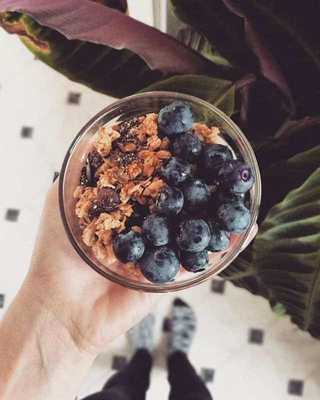#microportion when all two of your two bigger bowls are dirty 😅 . . . #plantbasedbreakfast @planti_sverige