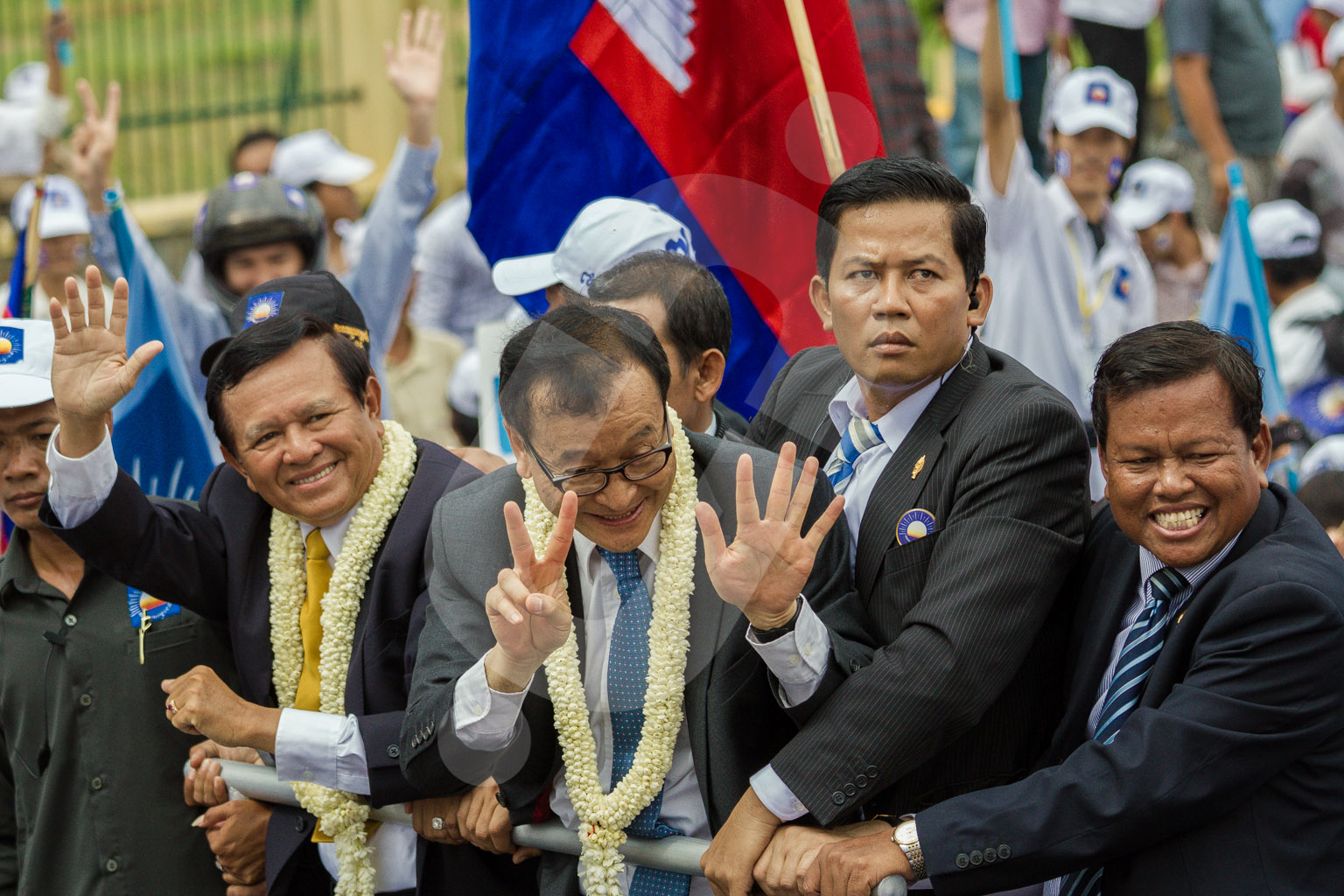 Sam Rainsy and Kem Sokha cheer the thousands of supporters of the CNRP party, who filled the street of Phnom Penh.