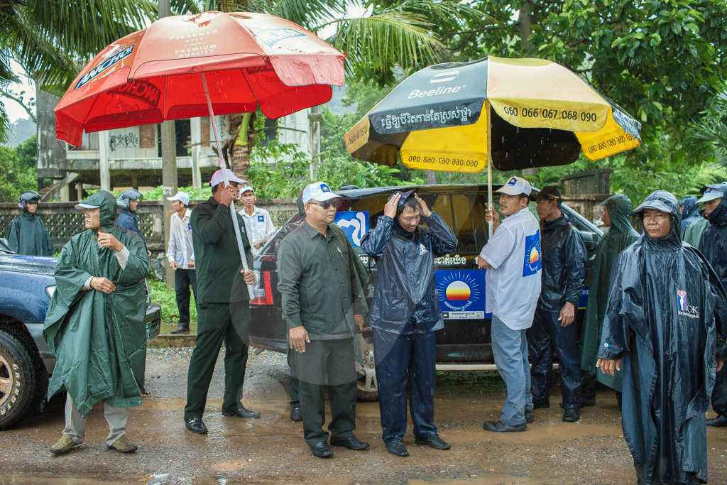 Bodyguards of CNRP leader, Sam Rainsy and vice president, Kem Sokha, wait under the rain before (a later cancelled) rally in Kep. 21/07/2013 © Thomas Cristofoletti / Ruom