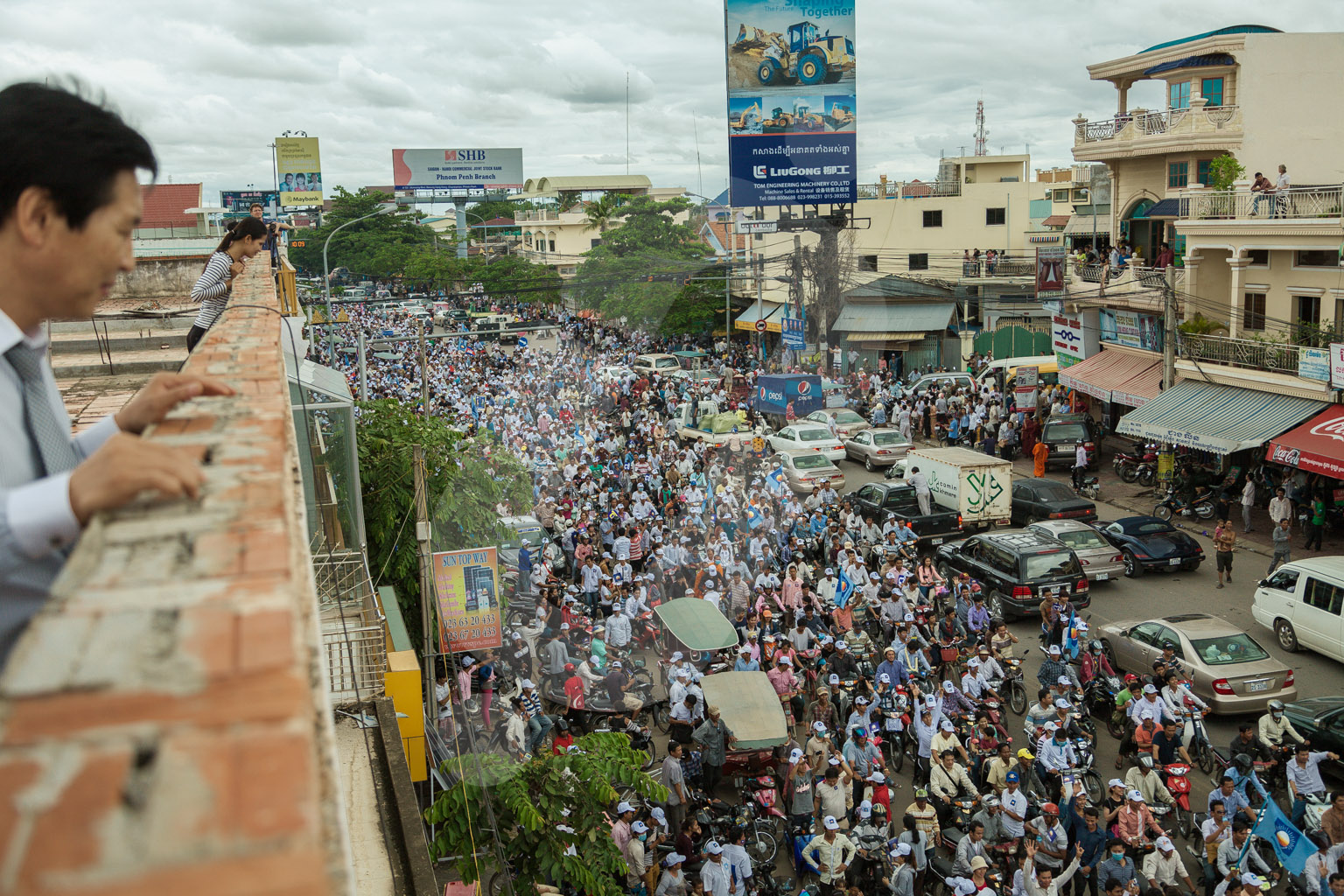 Thousands of supporters of the CNRP party salute the return of their leader Sam Rainsy after 4 years of auto exile.