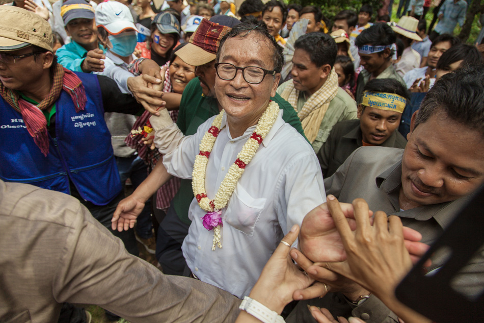 15/09/2013 - Phnom Penh. Sam Rainsy, president of the Cambodia National Rescue Party, greets supporters on Wat Phnom. © Thomas Cristofoletti / Ruom 2013