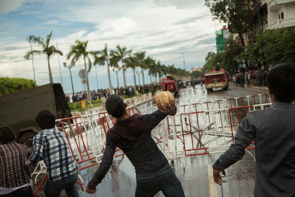 15/09/2013 - Phnom Penh. CNRP supporters thrown stones and coconuts against the police. © Thomas Cristofoletti / Ruom 2013