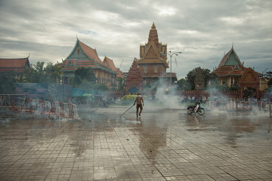 15/09/2013 - Phnom Penh. Police starts shooting tear gas to prevent CNRP protesters to pass through the barricades they put to block the access to the Royal Palace of Phnom Penh. © Thomas Cristofoletti / Ruom 2013