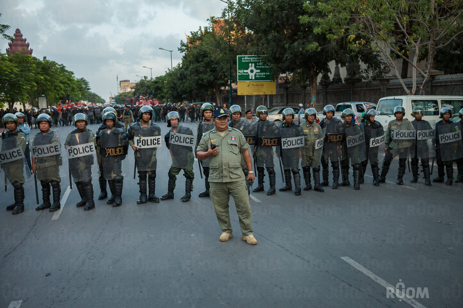 October 23, 2013 - Phnom Penh. Riot police watches over CNRP march in front of Indipendence Monument. © Thomas Cristofoletti / Ruom 2013.