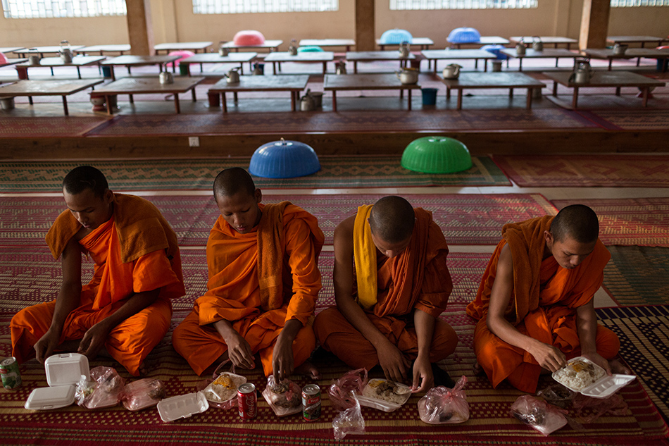 December 09, 2013 - Phnom Penh, Cambodia. Monks eat breakfast in the morning ahead of the final day of marching on National Road 4 heading into the capital for International Human Rights day © Nicolas Axelrod / Ruom 2013