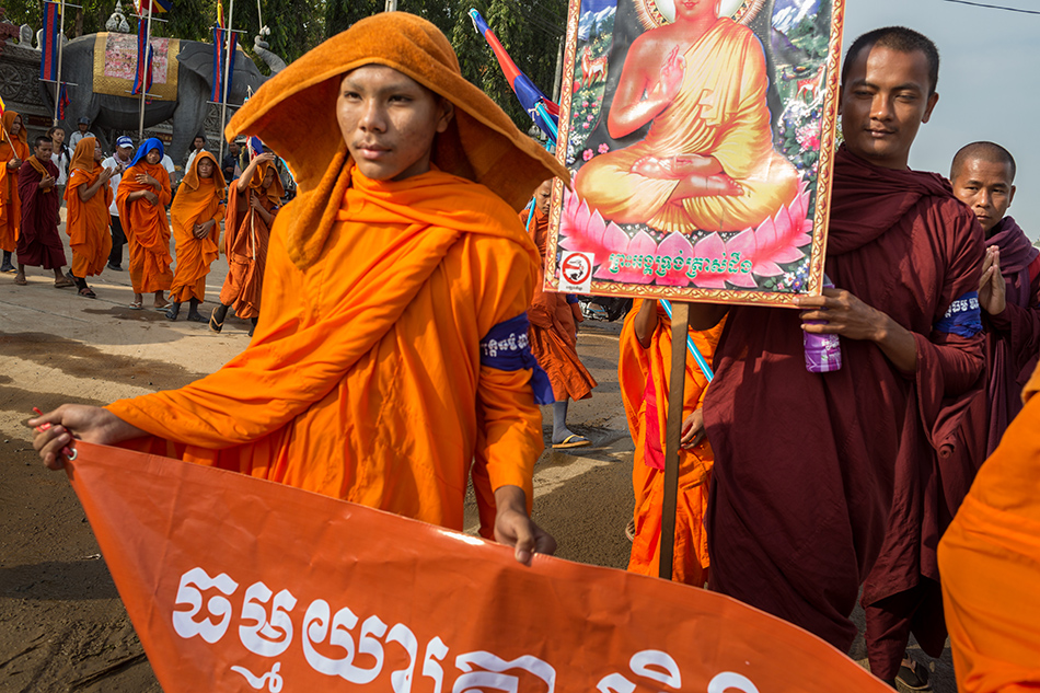 December 09, 2013 - Phnom Penh, Cambodia. Monks start to walk on the final day of marching on National Road 4 heading into the capital for International Human Rights day © Nicolas Axelrod / Ruom 2013