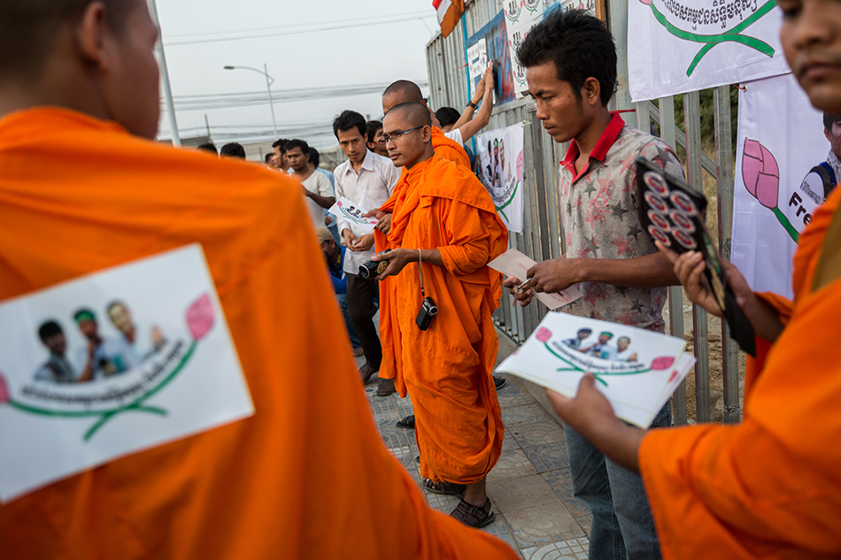 February 01, 2014 - Phnom Penh, Cambodia. Monks from the Independent Monk Network for Social Justice (IMNSJ) prepare to hold a ceremony in commemoration of the victims of garment clashes that took place in January 03, 2014. The IMNSJ and activists also called for the release of 23 detainees, arrested during the clashes and still held in pre-trial detention. © Nicolas Axelrod / Ruom