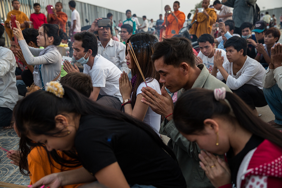 February 01, 2014 - Phnom Penh, Cambodia. People pray during a ceremony held by activists and monks from the Independent Monk Network for Social Justice (IMNSJ) in commemoration of the victims of garment clashes that took place in January 03, 2014. The IMNSJ and activists also called for the release of 23 detainees, arrested during the clashes and still held in pre-trial detention. © Nicolas Axelrod / Ruom