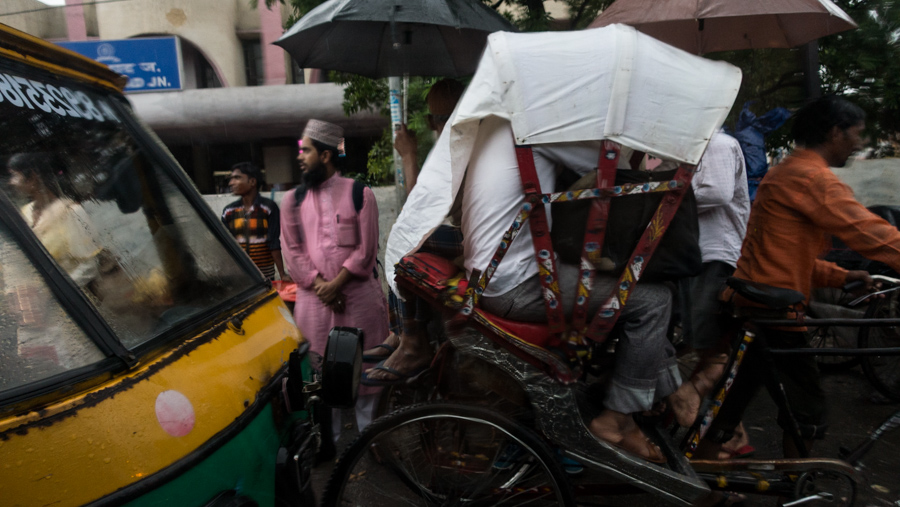 July 18, 2016 - Moradabad, India. People out in the rain, photographed from a passing car. © Nicolas Axelrod / Ruom