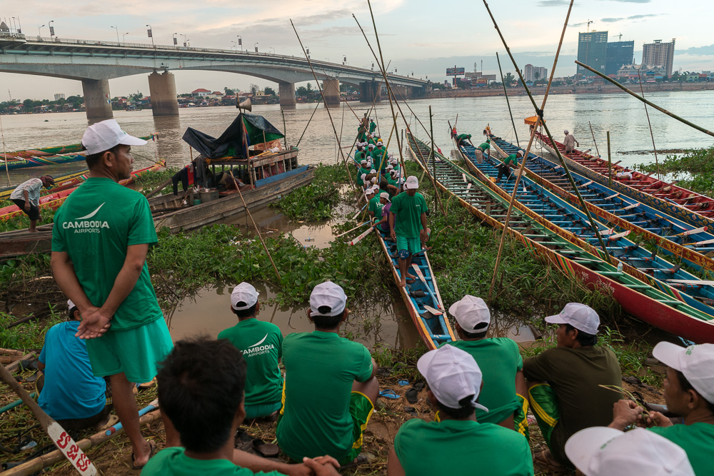 November 13, 2016 - Phnom Penh (Cambodia). A boat crew moves aboard its racing boat, warming up for the first day of racing of the festival. © Thomas Cristofoletti / Ruom