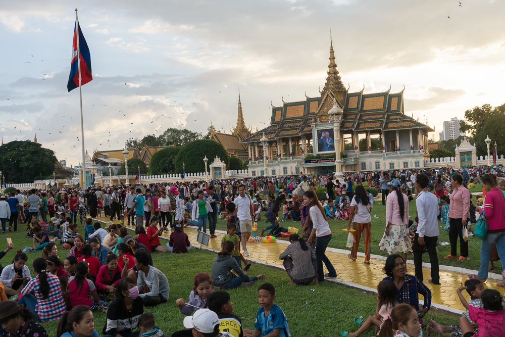 November 13, 2016 - Phnom Penh (Cambodia). People hang out in front of the Royal Palace, waiting for the fireworks show. © Thomas Cristofoletti / Ruom