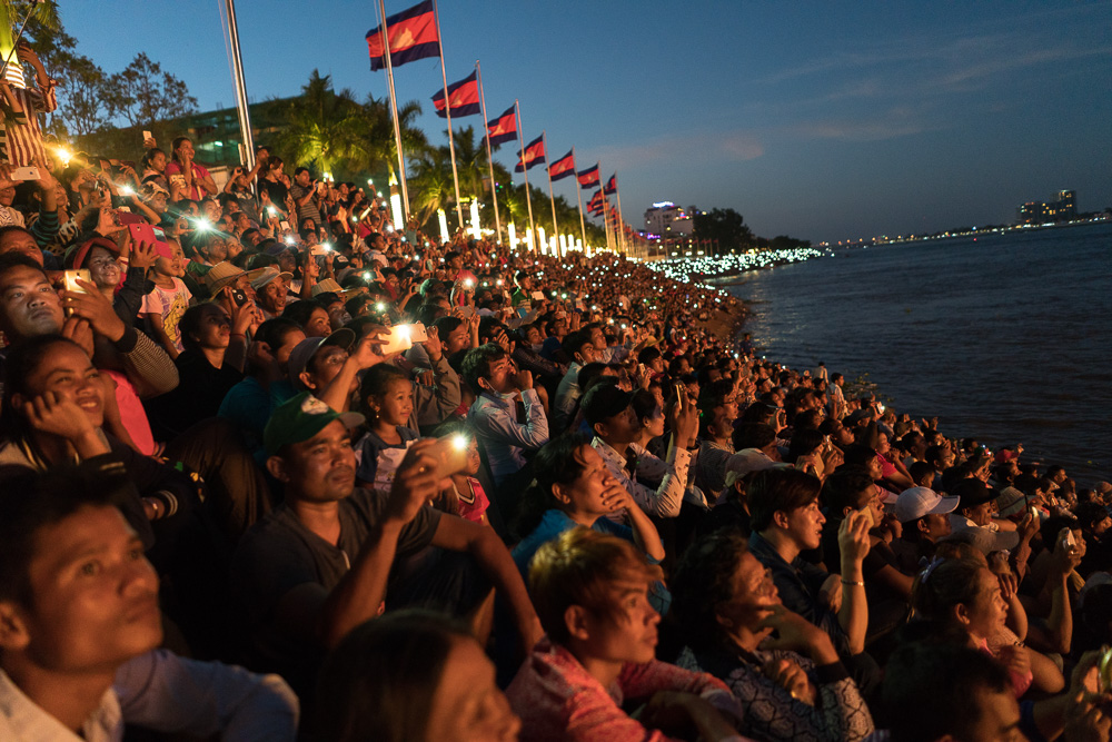 November 15, 2016 - Phnom Penh (Cambodia). Thousands of people gather on the river banks to enjoy a firework show for the closing ceremony of the festival. © Thomas Cristofoletti / Ruom