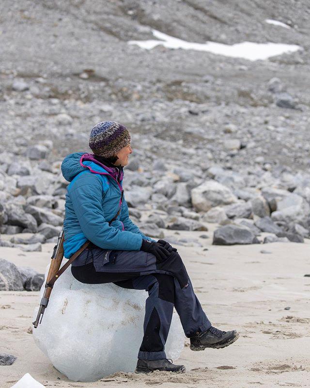 A comfortable seat :-) Thanks @jvn.photo #spitsbergen #puffinstravel #guiding #svalbard #arctic #adventuretravel #ice #beach #sofa #naturalworld