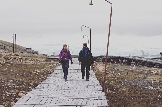 On the catwalk, the rickety wooden boardwalk in ghost town Pyramiden connecting the harbour with the 'centre'. Urbex on Puffins trip in Svalbard, pic by @jvn.photo #urbex #puffinstravel #spitsbergen #pyramiden #boardwalk #ghosttown #soviet #russians #coalmining