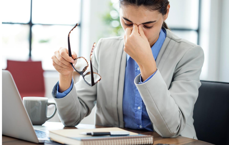 migraine-woman-office.jpg