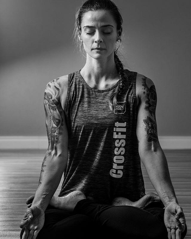 Que tal aproveitar a sexta-feira para desacelerar? E mais: que tal fazer isso praticando a meditação? 🧘🏻♀️ ⠀⠀⠀⠀⠀⠀⠀⠀⠀ O que não faltam são estudos que associam a prática à diminuição do estresse, melhora da qualidade do sono, da concentração e promoção do bem-estar. ⠀⠀⠀⠀⠀⠀⠀⠀⠀ Respire. Reconecte-se. Reequilibre-se. Reencontre-se 🙏 ⠀⠀⠀⠀⠀⠀⠀⠀⠀ A meditação te ajuda nisso. E aqui na MoovBox a @mariaterezabedin te ajuda a conhecer e entender os benefícios da meditação. ⠀⠀⠀⠀⠀⠀⠀⠀⠀ #VemPraMoov #MoovBoxFloripa #MovimentoQueTransforma #YogaFloripa ⠀⠀⠀⠀⠀⠀⠀⠀⠀ 📷👉🏻 @ricardowolffoto