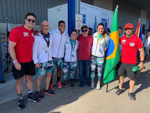 É o Brasil no CrossFit Games 2019 🇧🇷 ⠀⠀⠀⠀⠀⠀⠀⠀⠀ Nosso país está super bem representado na maior competição de CrossFit do mundo, que está acontecendo em Madison (EUA). ⠀⠀⠀⠀⠀⠀⠀⠀⠀ Na foto, o responsável por tudo, Greg Glassman, os atletas brasileiros e o @brunocardosodr, médico do @centrowinner, nossos parceiros, e pelo quarto ano médico voluntário dos Games 💪🏻 ⠀⠀⠀⠀⠀⠀⠀⠀⠀ #CrossFitGames2019 #VemPraMoov #MoovBoxFloripa