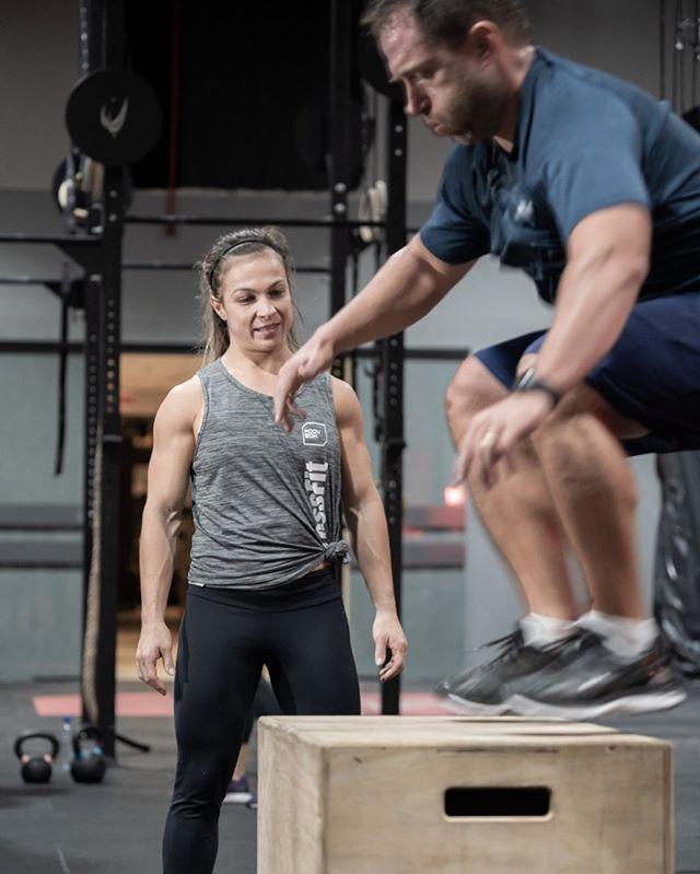 O olhar atento da coach 👀 ⠀⠀⠀⠀⠀⠀⠀⠀⠀ Nunca é demais lembrar que o CrossFit é para todos. Mesmo quem nunca praticou pode começar em qualquer uma das nossas turmas. Isso porque os coaches vão acompanhar de perto esse início e adaptar os exercícios de acordo com a capacidade física do aluno. ⠀⠀⠀⠀⠀⠀⠀⠀⠀ E não faltam horários. Diariamente são 12 aulas pra vocês escolher 🏋🏻♀️ ⠀⠀⠀⠀⠀⠀⠀⠀⠀ #VemPraMoov #MoovBoxFloripa #MovimentoQueTransforma #CrossFit ⠀⠀⠀⠀⠀⠀⠀⠀⠀ 📷👉🏻 @ricardowolffoto