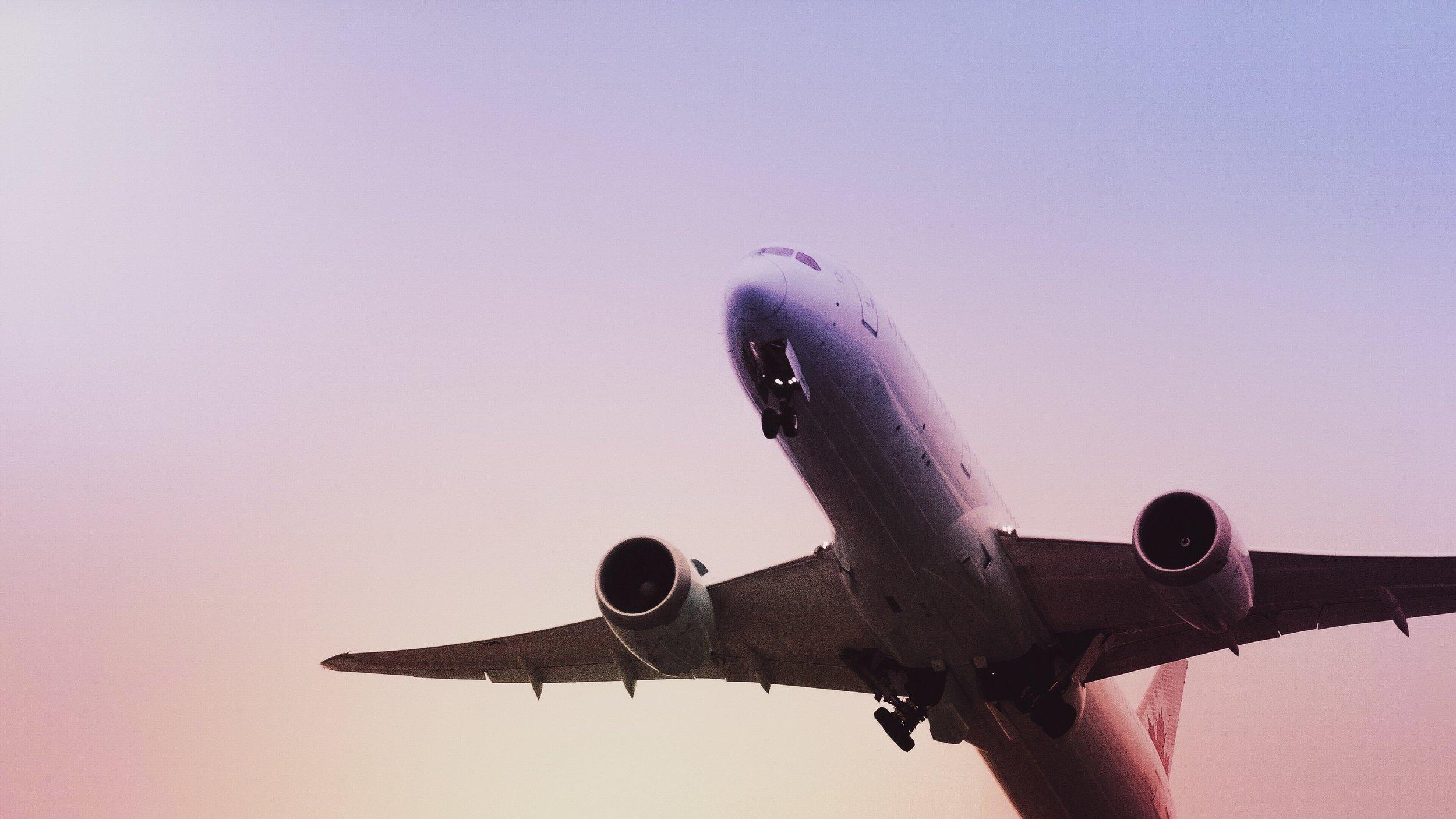 Companhias aéreas para voos domésticos - Até há pouco tempo apenas a LAM fazia voos domésticos mas os vários problemas que apresentava forçou a entrada de mais operadores no mercado. Também há operadores de helicópteros privados. LAM, Hahn Air e Ethiopian Airlines