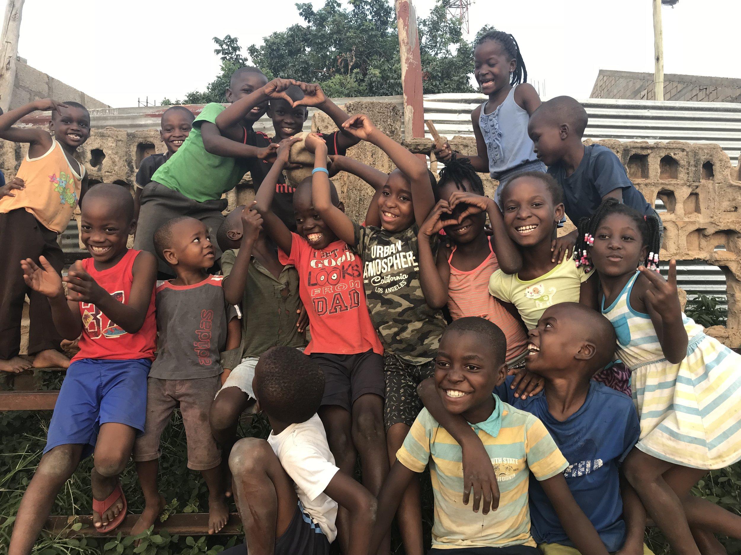 A Favela united - Com o objectivo de atingir 100 mil crianças marginalizadas em todo o mundo, a Favela United utiliza o futebol como veículo para proporcionar habilidades básicas, conhecimentos e ferramentas essenciais para que estas crianças se tornem campeãs do seu próprio destino.