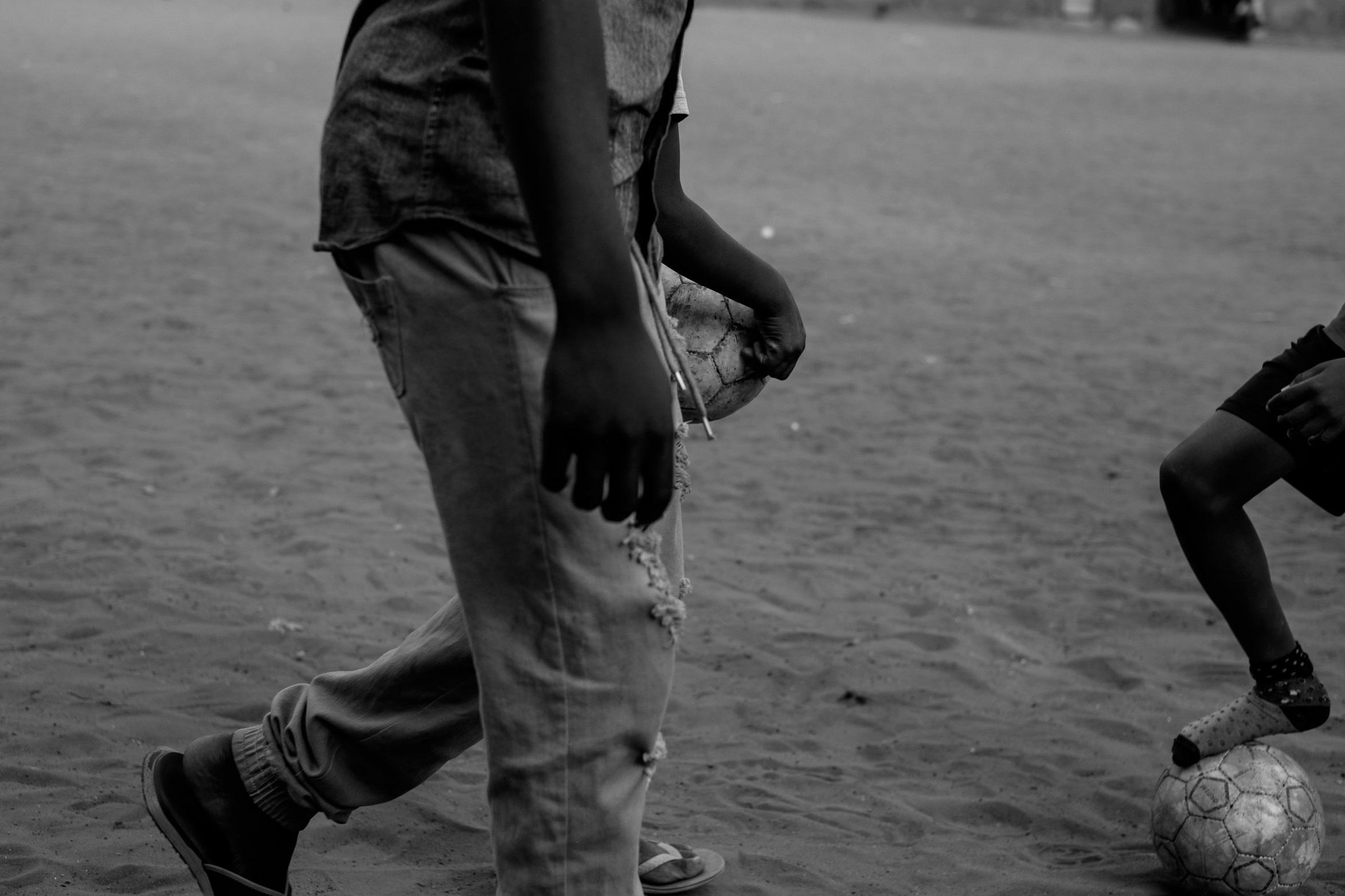 Football for Change - Num bairro dos subúrbios de Maputo emerge a fundação Favela United, que apoia crianças marginalizadas, fornecendo-lhes ferramentas psicossociais para as suas vidas. Este documentário de longo prazo acompanha a vida das crianças até que sejam adultas, de forma a avaliar o impacto transformador do futebol para empoderar os jovens de Moçambique.