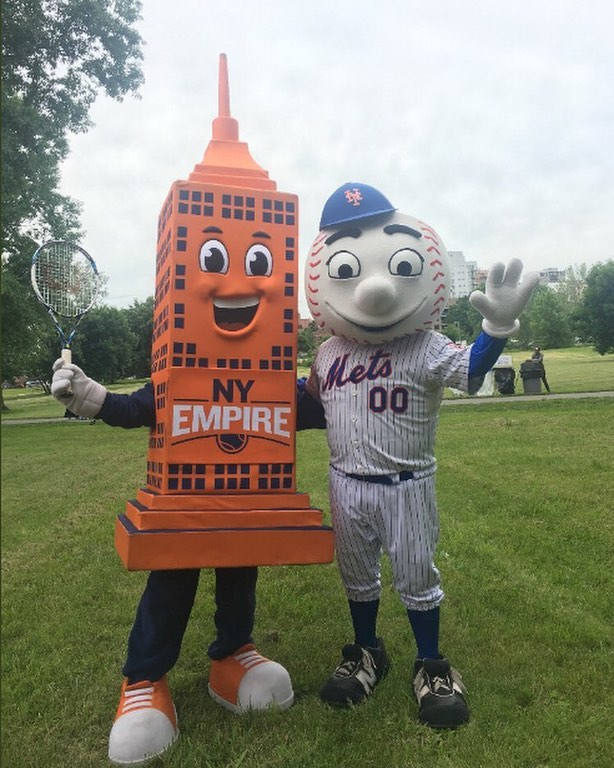 Our two favorite mascots in the city finally united! Looking forward to spending the summer with these two.⠀ (Regram from @nyempiretennis!)⠀ --- #mrmet #hudson #nyempire #empire #mets #lgm #wtt #mlb #tennis #baseball #mascot