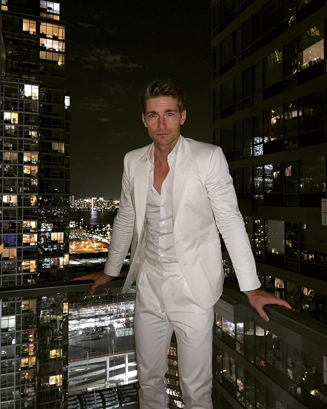 What's your fragrance of the night. I only want to read 10/10 fragrances, give me your best ones  #fragrancearmy  #perfumelord #allwhite #whitesuit #whiteoutfit #outfitofthenight #whiteparty #whiteblazer #whitepants #nycliving #nyclife #newyork #newyorklike #manhattenlife #miamivice #miamistyle