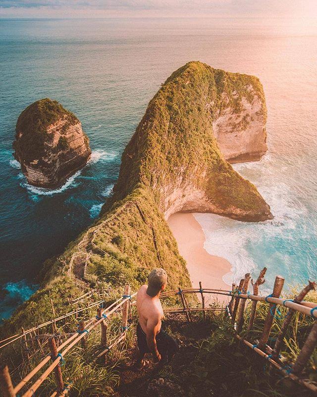 Kelingking Beach Nusa Penida, a small island that you can reach by boat ||📸 : @iwwm